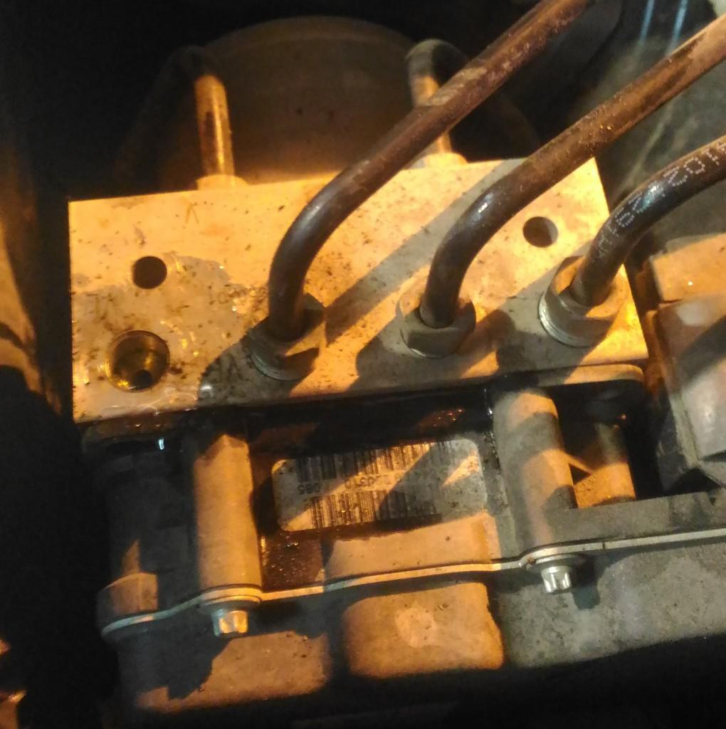 Замена тормозной трубки на блоке АБС БМВ