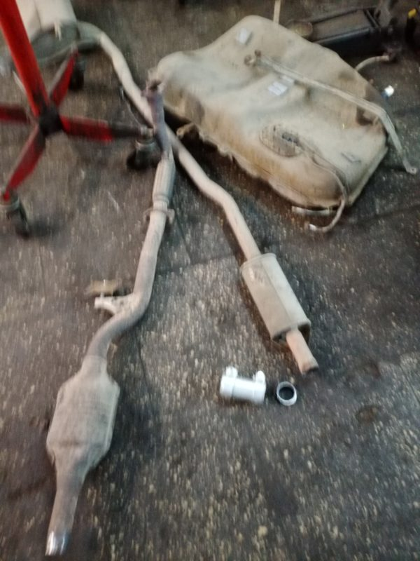 демонтаж топливного бака для замены тормозных т рубок автотело